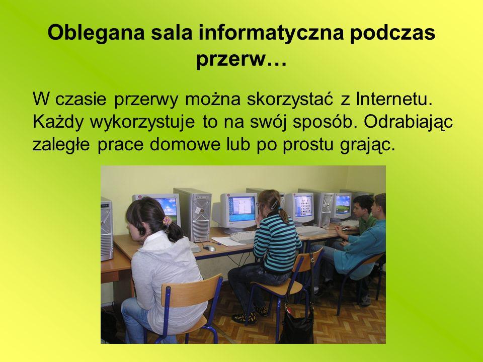 Oblegana sala informatyczna podczas przerw… W czasie przerwy można skorzystać z Internetu. Każdy wykorzystuje to na swój sposób. Odrabiając zaległe pr