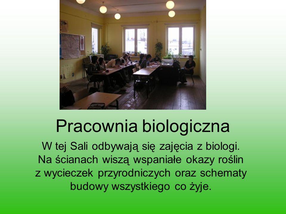 Pracownia biologiczna W tej Sali odbywają się zajęcia z biologi. Na ścianach wiszą wspaniałe okazy roślin z wycieczek przyrodniczych oraz schematy bud