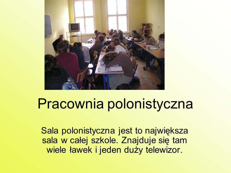 Pracownia polonistyczna Sala polonistyczna jest to największa sala w całej szkole. Znajduje się tam wiele ławek i jeden duży telewizor.