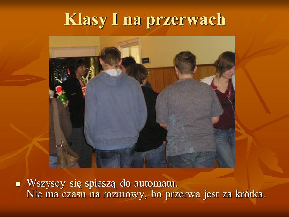 Klasy I na przerwach Wszyscy się spieszą do automatu. Nie ma czasu na rozmowy, bo przerwa jest za krótka.