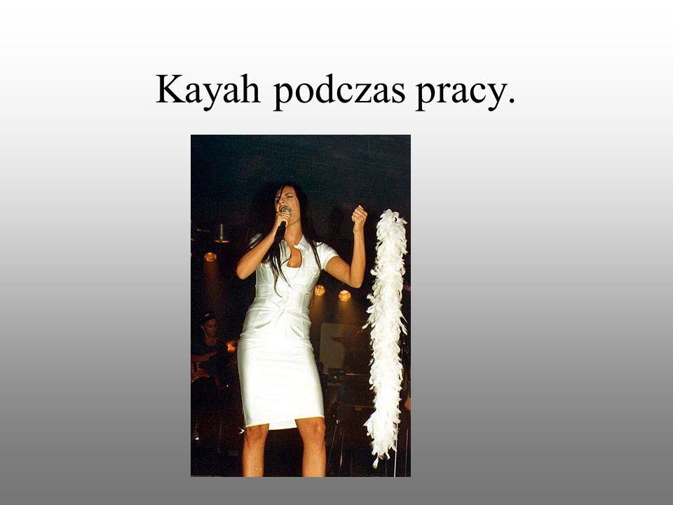 Kayah podziwia kwiaty i ich zapach.
