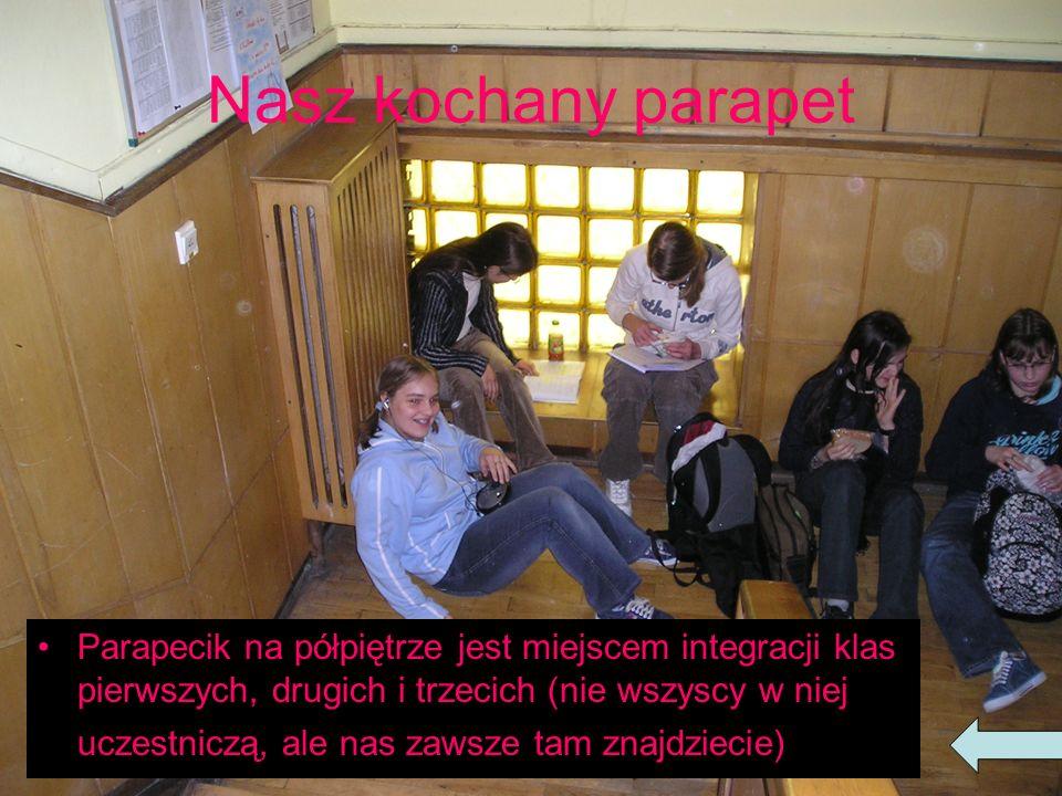 Nasz kochany parapet Parapecik na półpiętrze jest miejscem integracji klas pierwszych, drugich i trzecich (nie wszyscy w niej uczestniczą, ale nas zawsze tam znajdziecie)