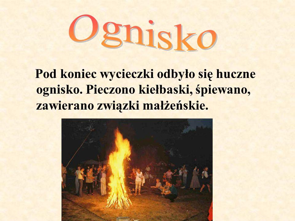 Pod koniec wycieczki odbyło się huczne ognisko. Pieczono kiełbaski, śpiewano, zawierano związki małżeńskie.