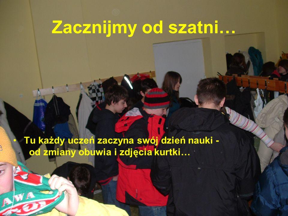 Zacznijmy od szatni… Tu każdy uczeń zaczyna swój dzień nauki - od zmiany obuwia i zdjęcia kurtki…