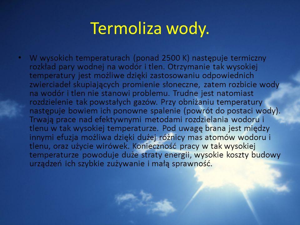 Termoliza wody. W wysokich temperaturach (ponad 2500 K) następuje termiczny rozkład pary wodnej na wodór i tlen. Otrzymanie tak wysokiej temperatury j