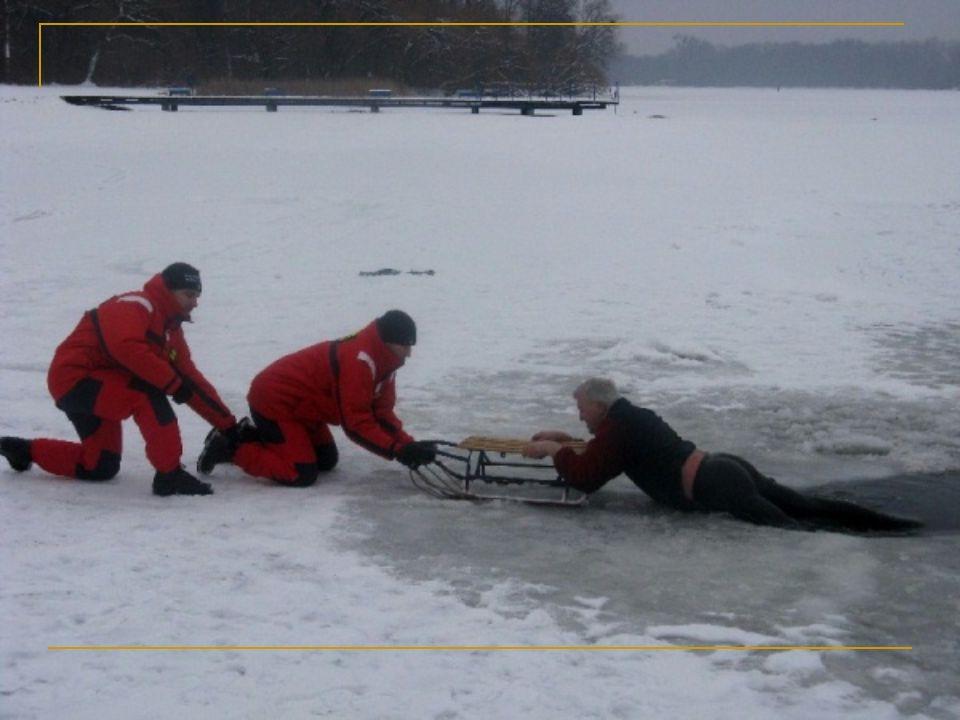 Co robić jeśli lód się zarwie: nie panikuj, zachowaj spokój, rozłóż szeroko ramiona i nabierz dużo powietrza, nie próbuj pływać oszczędzaj siły, nie wykonuj gwałtownych ruchów, jeśli posiadasz gwizdek, użyj go jeżeli posiadasz kolce, użyj ich i powoli wczołgaj się na lód, a po wydostaniu się przeczołgaj się dalej, nie wstawaj jeśli nie masz kolców, próbuj się wydostać (jest to bardzo trudne jeśli woda jest głęboka) zdejmij buty, zrzucisz kilka kilogramów jak najszybciej przebierz się w suche ubranie