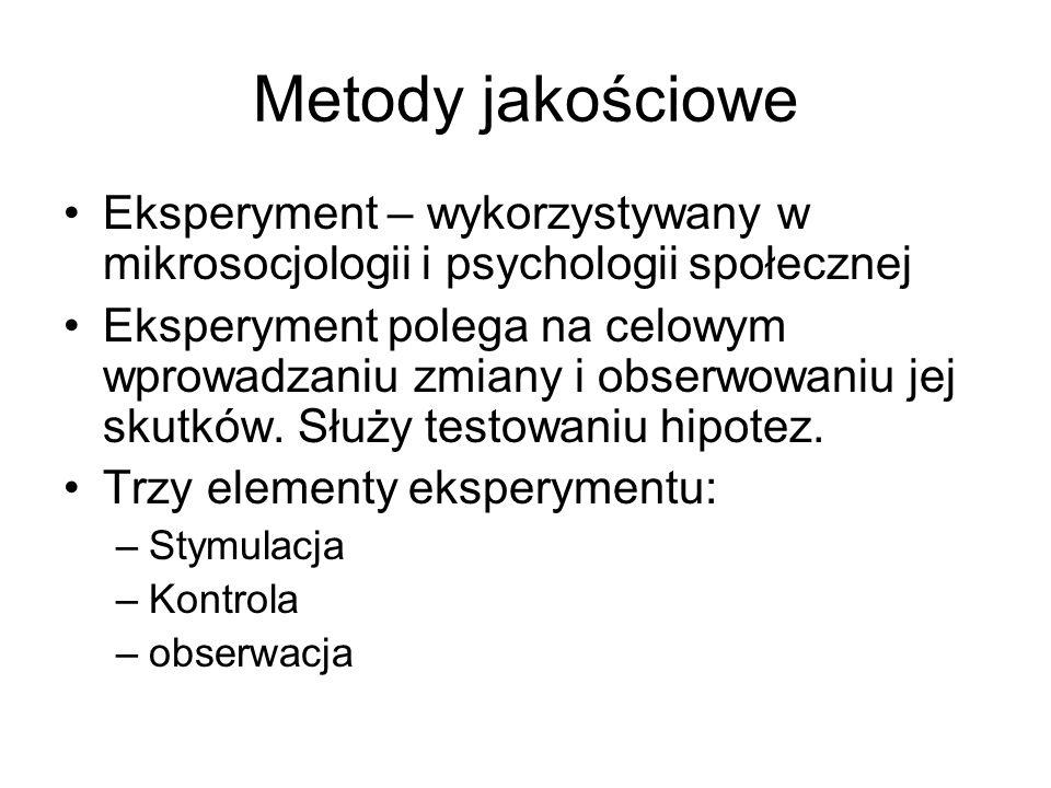 Metody jakościowe Eksperyment – wykorzystywany w mikrosocjologii i psychologii społecznej Eksperyment polega na celowym wprowadzaniu zmiany i obserwow