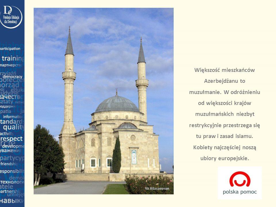 Większość mieszkańców Azerbejdżanu to muzułmanie. W odróżnieniu od większości krajów muzułmańskich niezbyt restrykcyjnie przestrzega się tu praw i zas