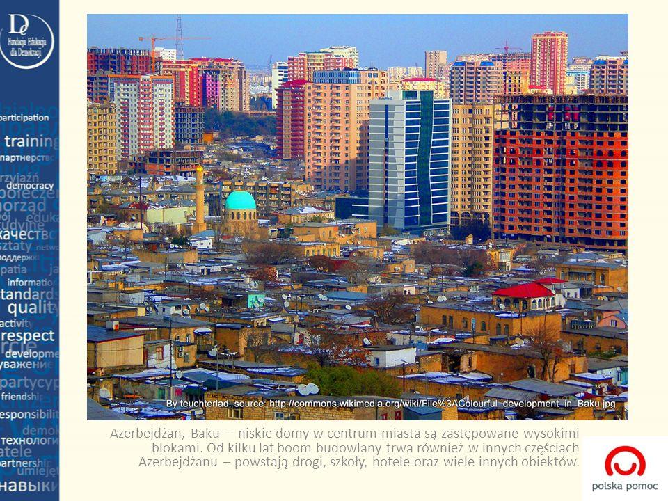 Azerbejdżan, Baku – niskie domy w centrum miasta są zastępowane wysokimi blokami. Od kilku lat boom budowlany trwa również w innych częściach Azerbejd