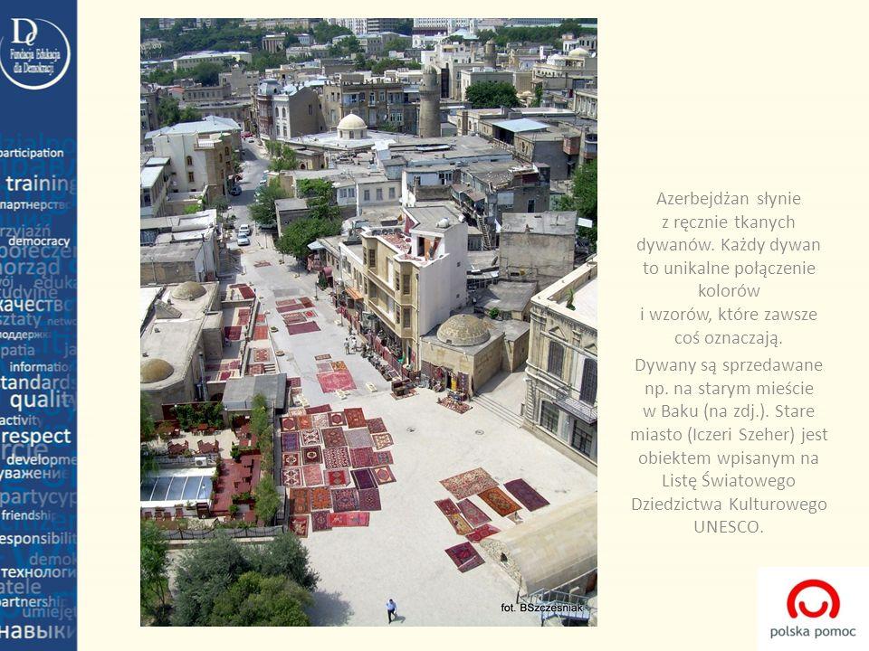 Azerbejdżan słynie z ręcznie tkanych dywanów. Każdy dywan to unikalne połączenie kolorów i wzorów, które zawsze coś oznaczają. Dywany są sprzedawane n