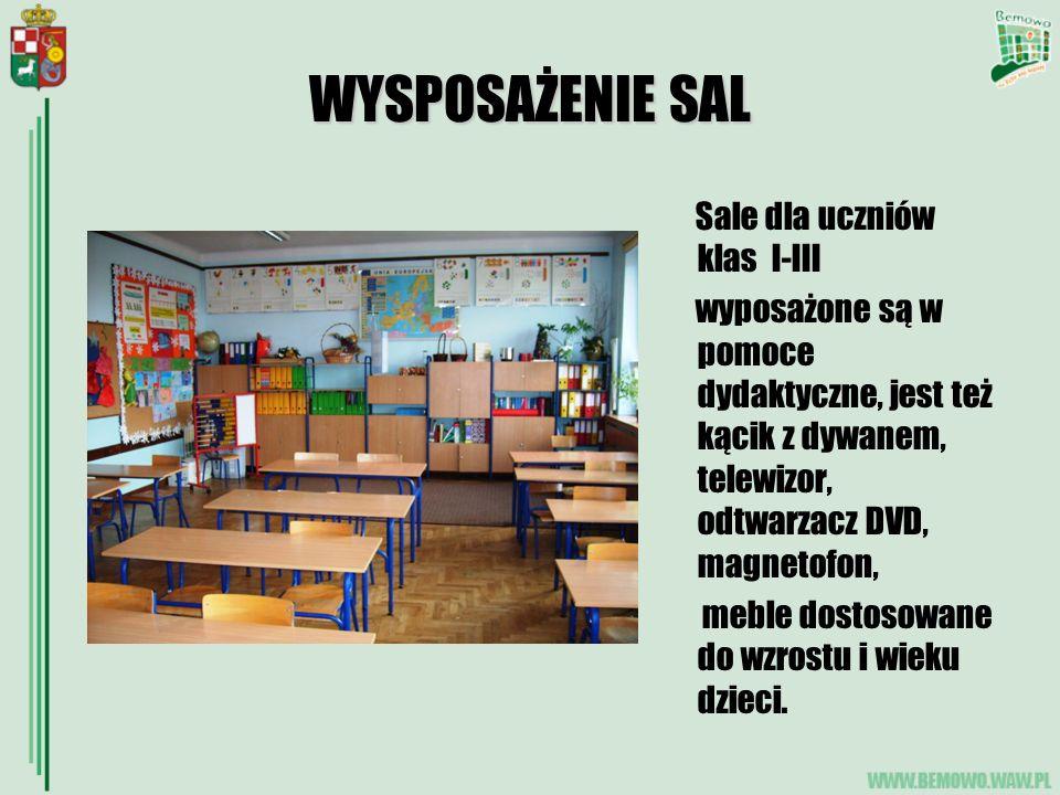 WYSPOSAŻENIE SAL Sale dla uczniów klas I-III wyposażone są w pomoce dydaktyczne, jest też kącik z dywanem, telewizor, odtwarzacz DVD, magnetofon, meble dostosowane do wzrostu i wieku dzieci.