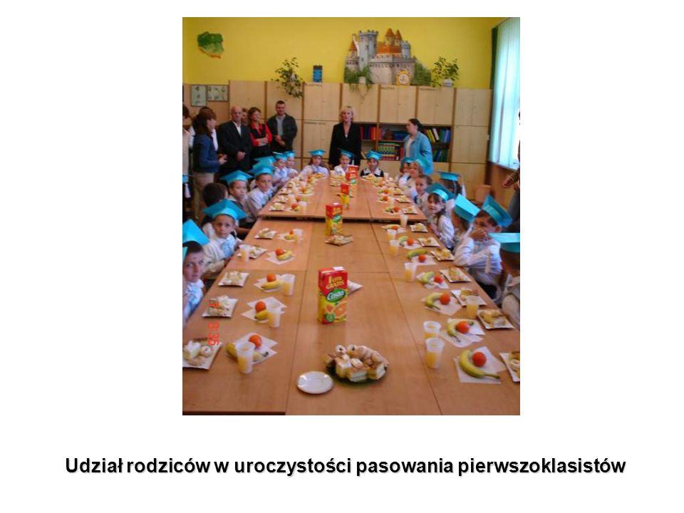 Udział rodziców w uroczystości pasowania pierwszoklasistów