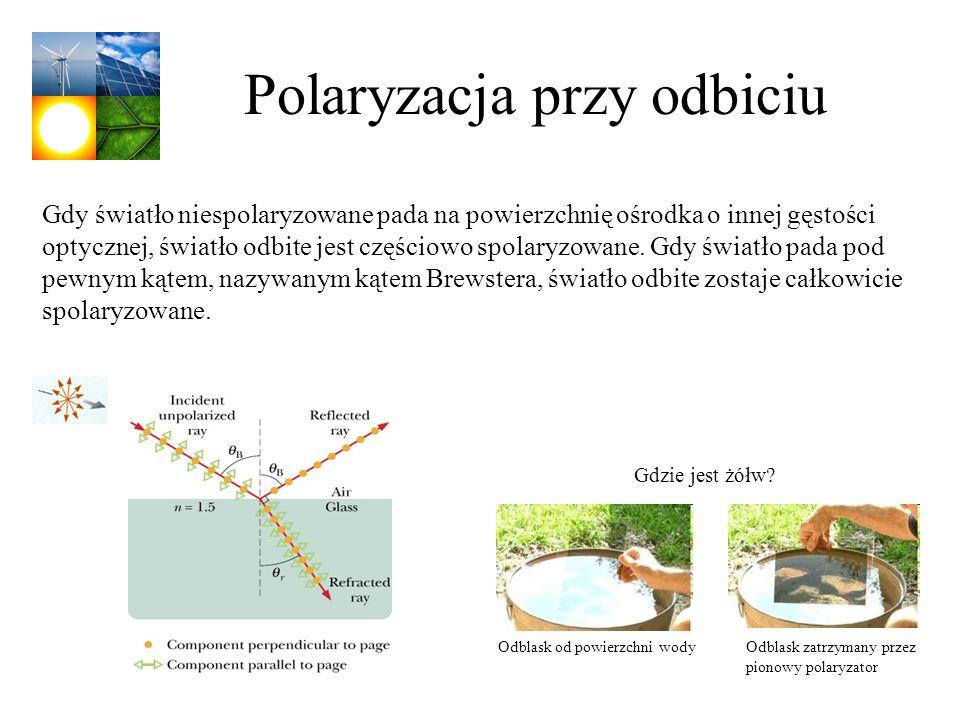 Polaryzacja przy odbiciu Gdy światło niespolaryzowane pada na powierzchnię ośrodka o innej gęstości optycznej, światło odbite jest częściowo spolaryzo