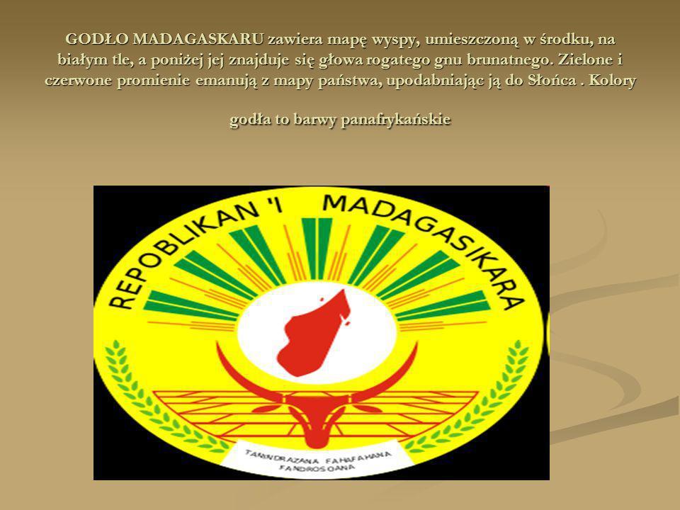 GODŁO MADAGASKARU zawiera mapę wyspy, umieszczoną w środku, na białym tle, a poniżej jej znajduje się głowa rogatego gnu brunatnego. Zielone i czerwon