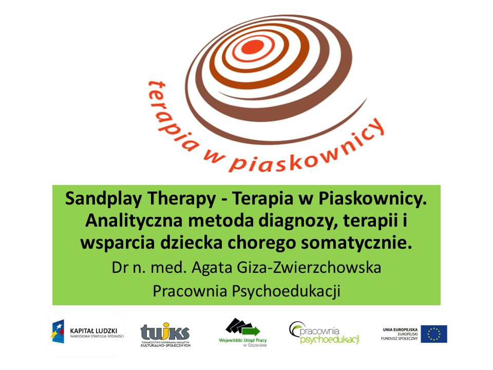 Czym jest Sandplay Therapy – Terapia w Piaskownicy Korzystający z metody pracuje wraz z terapeutą nad problemami przy użyciu miniaturowej piaskownicy wielkości dużej szuflady wypełnionej w jednej trzeciej suchym lub mokrym piaskiem.