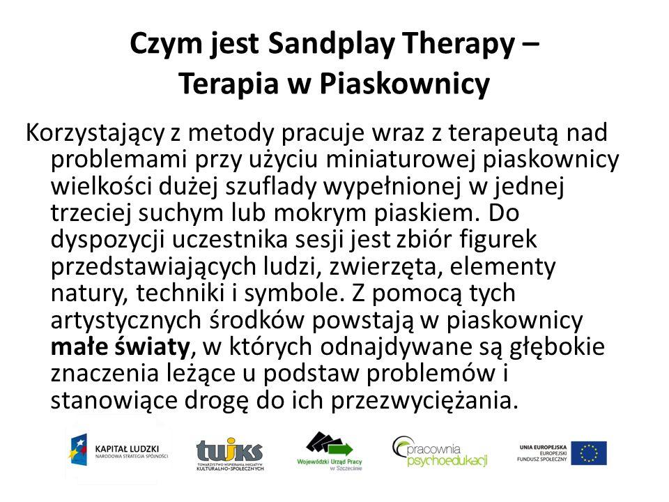 Czym jest Sandplay Therapy – Terapia w Piaskownicy Korzystający z metody pracuje wraz z terapeutą nad problemami przy użyciu miniaturowej piaskownicy