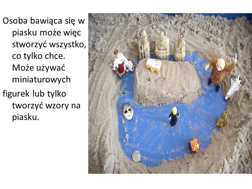 Osoba bawiąca się w piasku może więc stworzyć wszystko, co tylko chce. Może używać miniaturowych figurek lub tylko tworzyć wzory na piasku.