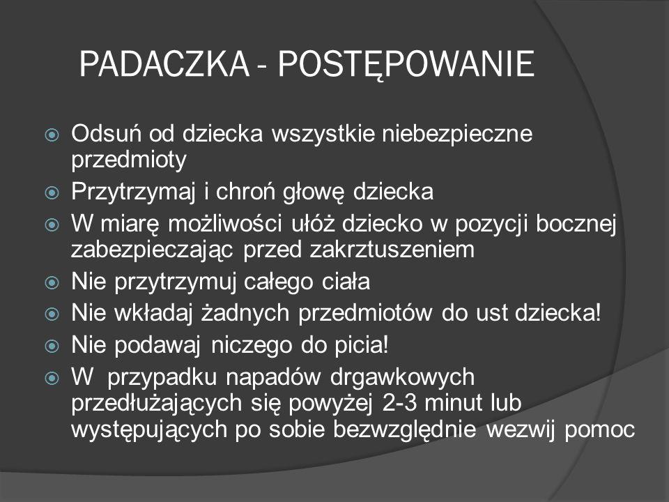 PADACZKA - POSTĘPOWANIE Odsuń od dziecka wszystkie niebezpieczne przedmioty Przytrzymaj i chroń głowę dziecka W miarę możliwości ułóż dziecko w pozycj