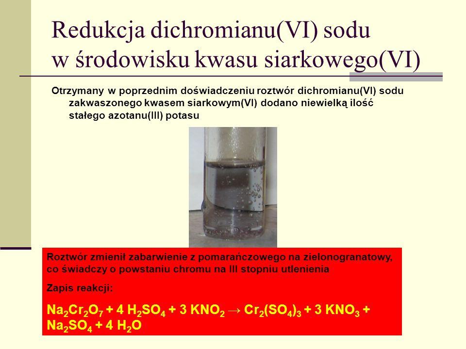 Roztwór zmienił zabarwienie z pomarańczowego na zielonogranatowy, co świadczy o powstaniu chromu na III stopniu utlenienia Zapis reakcji: Na 2 Cr 2 O