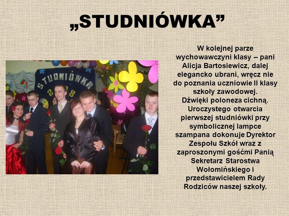 STUDNIÓWKA W kolejnej parze wychowawczyni klasy – pani Alicja Bartosiewicz, dalej elegancko ubrani, wręcz nie do poznania uczniowie II klasy szkoły za