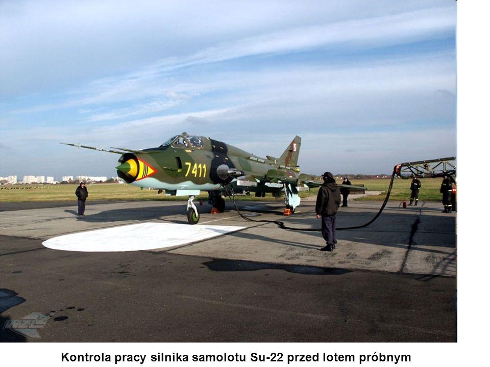 Kontrola pracy silnika samolotu Su-22 przed lotem próbnym