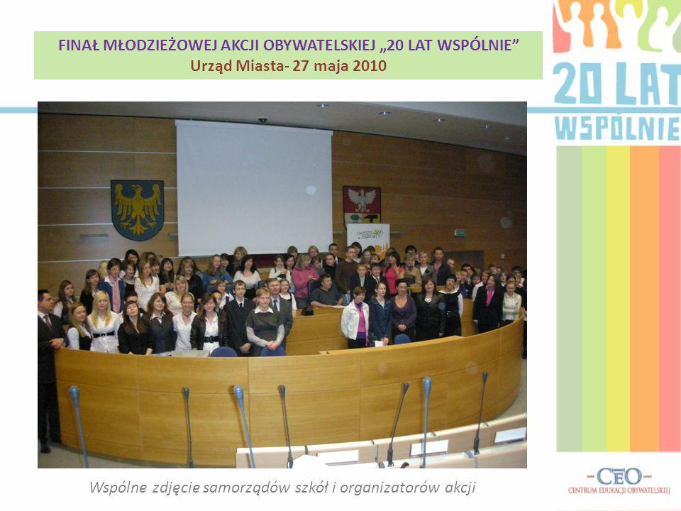 Wspólne zdjęcie samorządów szkół i organizatorów akcji FINAŁ MŁODZIEŻOWEJ AKCJI OBYWATELSKIEJ 20 LAT WSPÓLNIE Urząd Miasta- 27 maja 2010