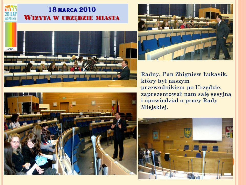 Radny, Pan Zbigniew Łukasik, który był naszym przewodnikiem po Urzędzie, zaprezentował nam salę sesyjną i opowiedział o pracy Rady Miejskiej.