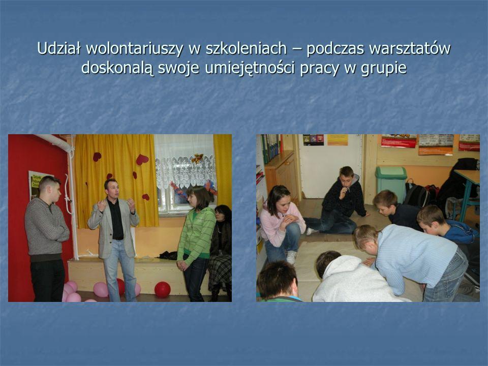 Udział wolontariuszy w szkoleniach – podczas warsztatów doskonalą swoje umiejętności pracy w grupie