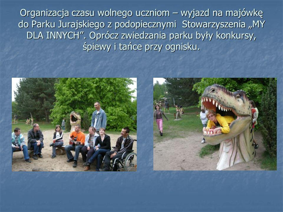 Organizacja czasu wolnego uczniom – wyjazd na majówkę do Parku Jurajskiego z podopiecznymi Stowarzyszenia MY DLA INNYCH. Oprócz zwiedzania parku były