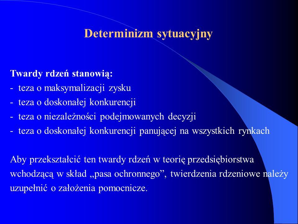 Twardy rdzeń stanowią: - teza o maksymalizacji zysku - teza o doskonałej konkurencji - teza o niezależności podejmowanych decyzji - teza o doskonałej konkurencji panującej na wszystkich rynkach Aby przekształcić ten twardy rdzeń w teorię przedsiębiorstwa wchodzącą w skład pasa ochronnego, twierdzenia rdzeniowe należy uzupełnić o założenia pomocnicze.