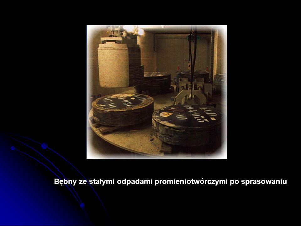 Bębny ze stałymi odpadami promieniotwórczymi po sprasowaniu