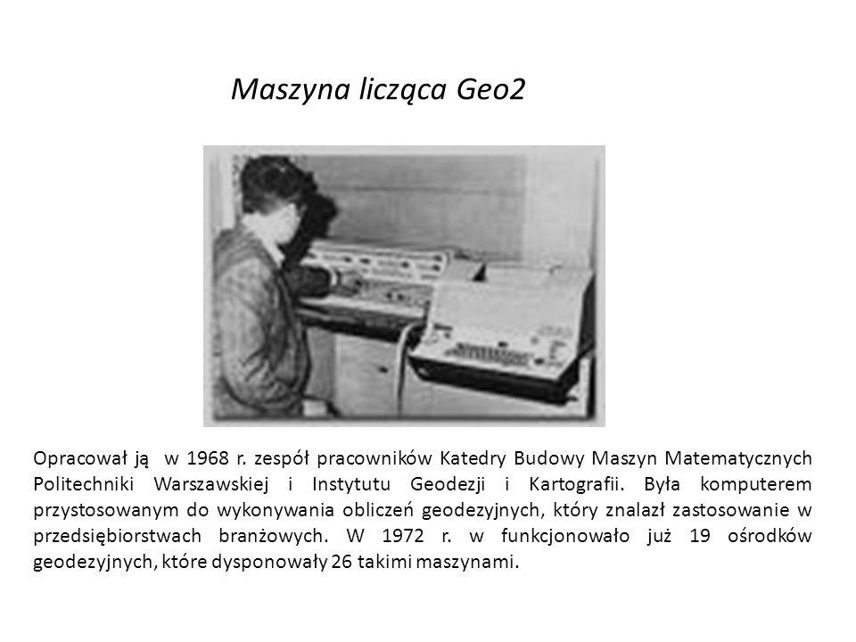 Opracował ją w 1968 r. zespół pracowników Katedry Budowy Maszyn Matematycznych Politechniki Warszawskiej i Instytutu Geodezji i Kartografii. Była komp
