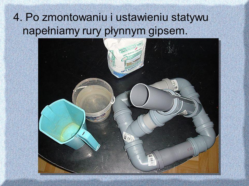 4. Po zmontowaniu i ustawieniu statywu napełniamy rury płynnym gipsem.