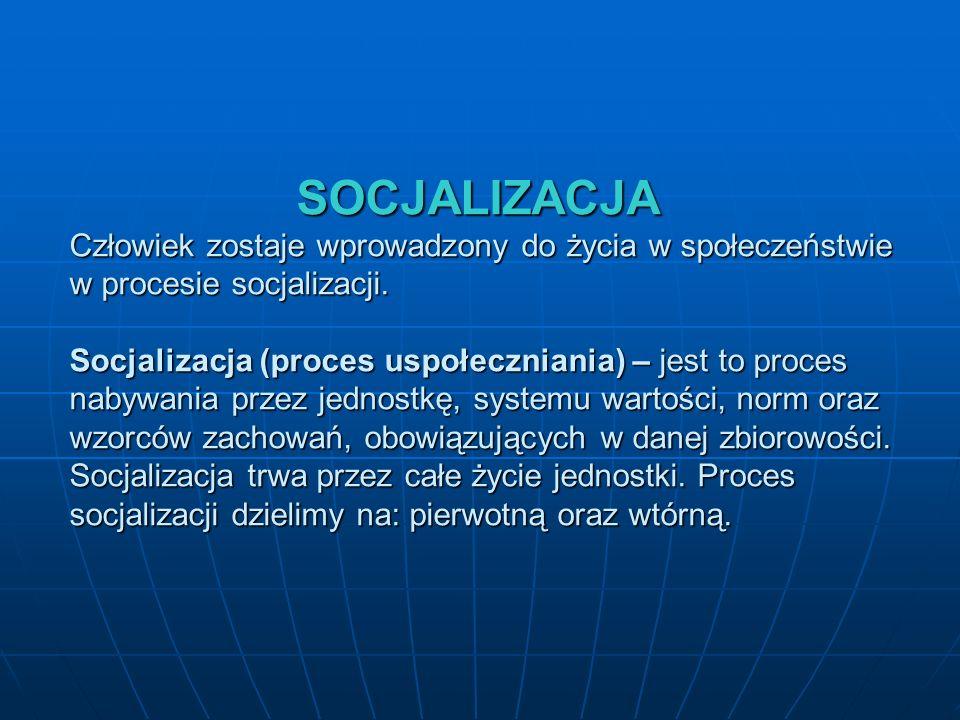 SOCJALIZACJA Człowiek zostaje wprowadzony do życia w społeczeństwie w procesie socjalizacji. Socjalizacja (proces uspołeczniania) – jest to proces nab