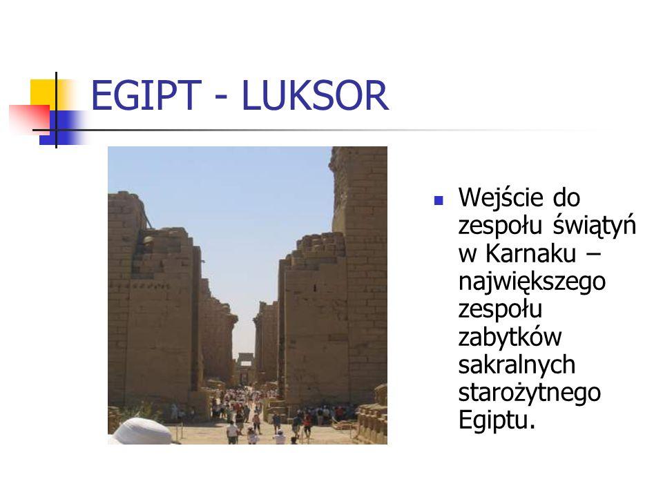 EGIPT - LUKSOR Wejście do zespołu świątyń w Karnaku – największego zespołu zabytków sakralnych starożytnego Egiptu.