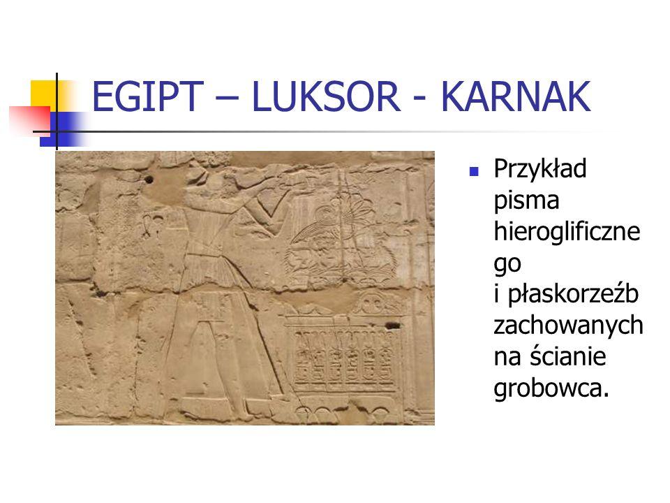 EGIPT – LUKSOR - KARNAK Przykład pisma hieroglificzne go i płaskorzeźb zachowanych na ścianie grobowca.
