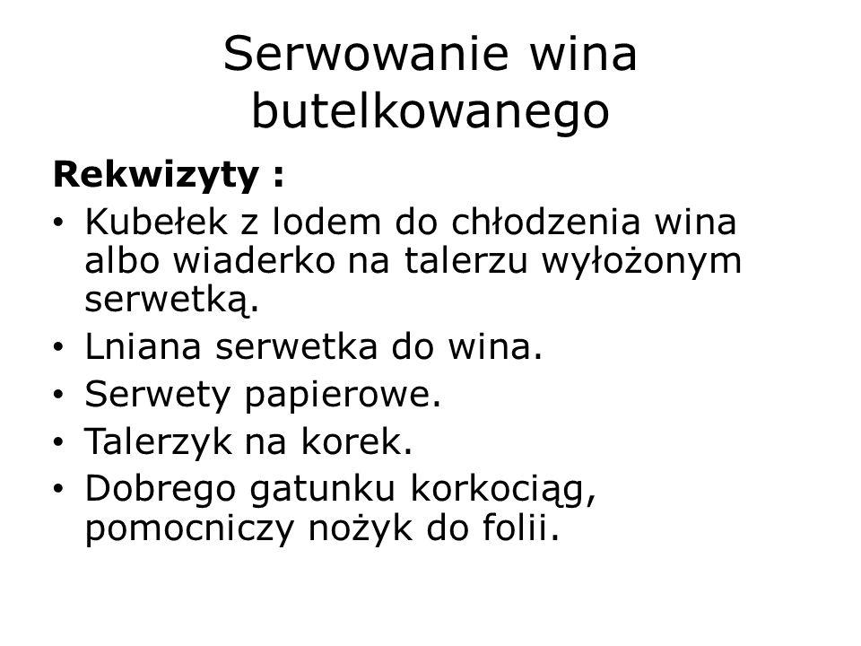 Serwowanie wina butelkowanego Rekwizyty : Kubełek z lodem do chłodzenia wina albo wiaderko na talerzu wyłożonym serwetką.