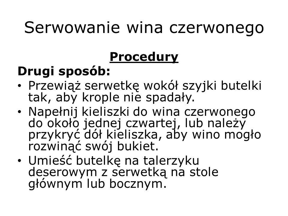 Serwowanie wina czerwonego Procedury Drugi sposób: Przewiąż serwetkę wokół szyjki butelki tak, aby krople nie spadały.