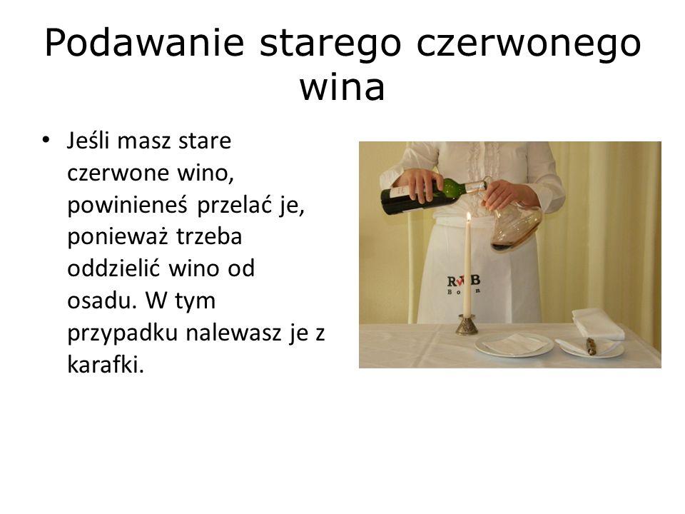 Podawanie starego czerwonego wina Jeśli masz stare czerwone wino, powinieneś przelać je, ponieważ trzeba oddzielić wino od osadu.