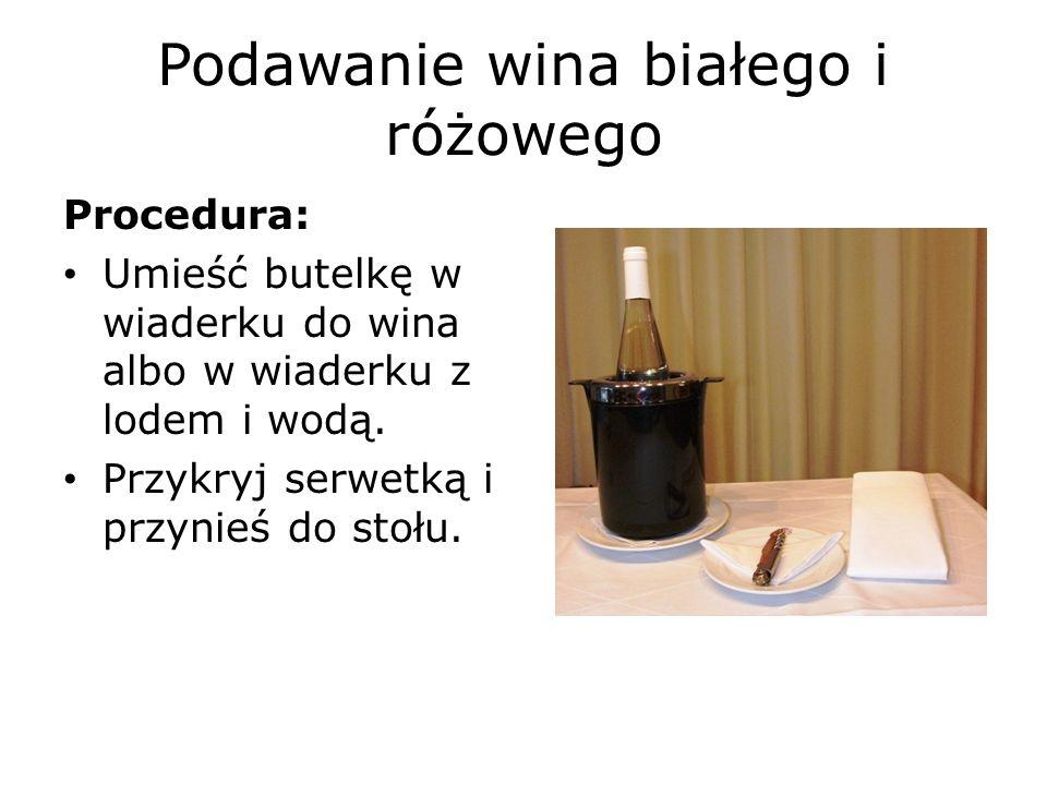 Podawanie wina białego i różowego Przedstaw butelkę na serwetce twoją lewą ręką w taki sposób, żeby osoba, która zamówiła wino, mogła odczytać etykietę.