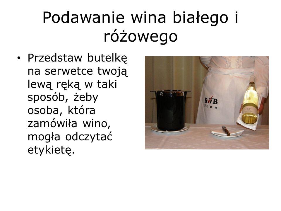 Podawanie wina białego i różowego Przetnij folię aluminiową w linii prostej za pomocą noża albo noża do folii.