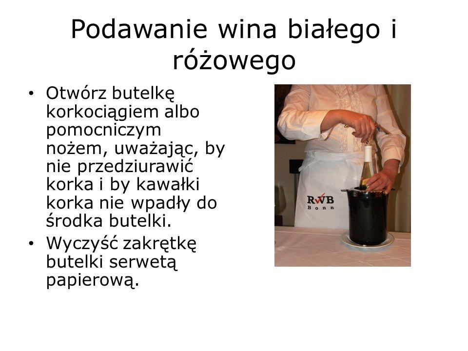 Podawanie wina białego i różowego Otwórz butelkę korkociągiem albo pomocniczym nożem, uważając, by nie przedziurawić korka i by kawałki korka nie wpadły do środka butelki.