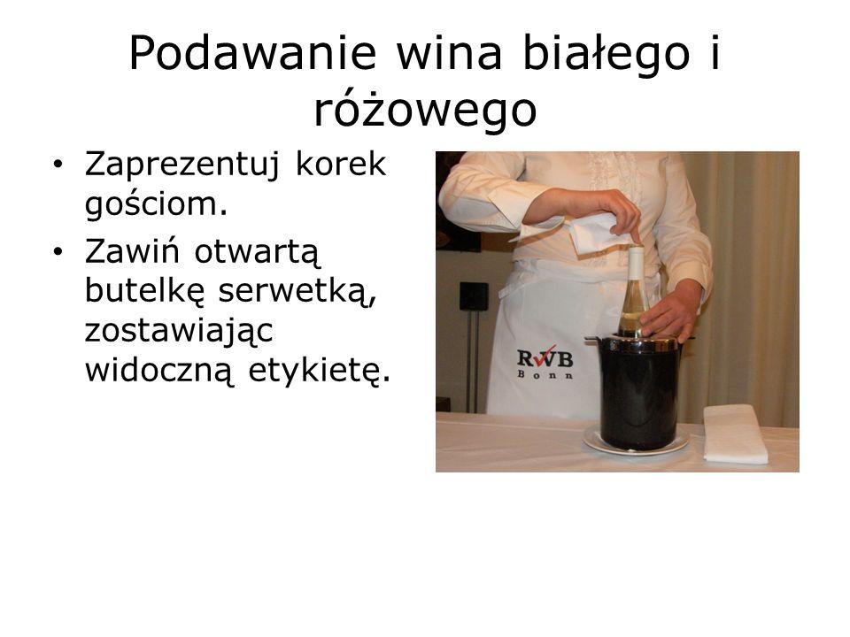 Podawanie wina białego i różowego Zaprezentuj korek gościom.