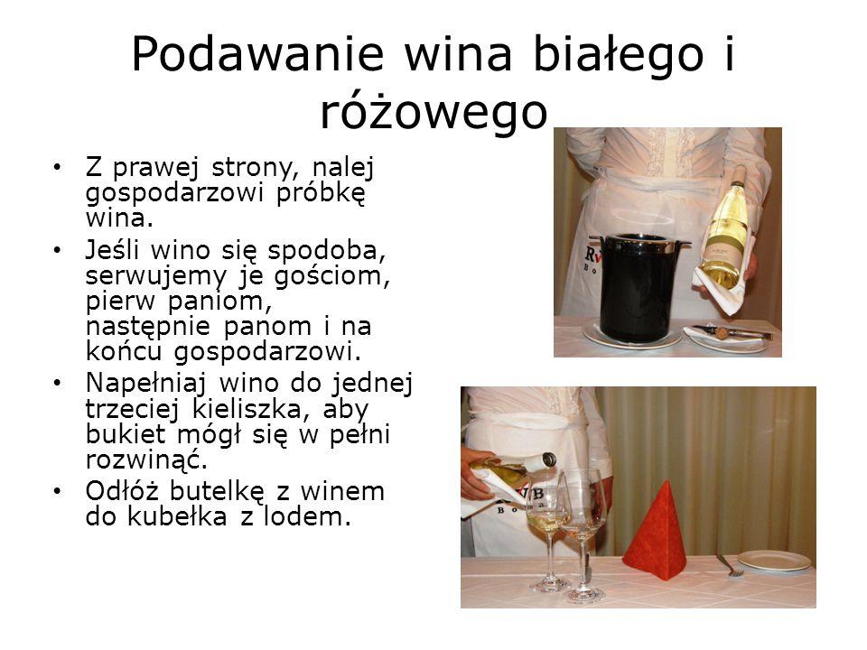Podawanie wina białego i różowego Z prawej strony, nalej gospodarzowi próbkę wina.