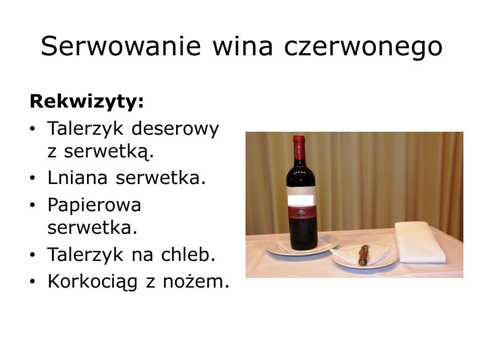 Serwowanie wina czerwonego Procedura Pierwszy sposób: Przedstaw i otwórz butelkę w ten sam sposób, jak białe albo różowe wino.