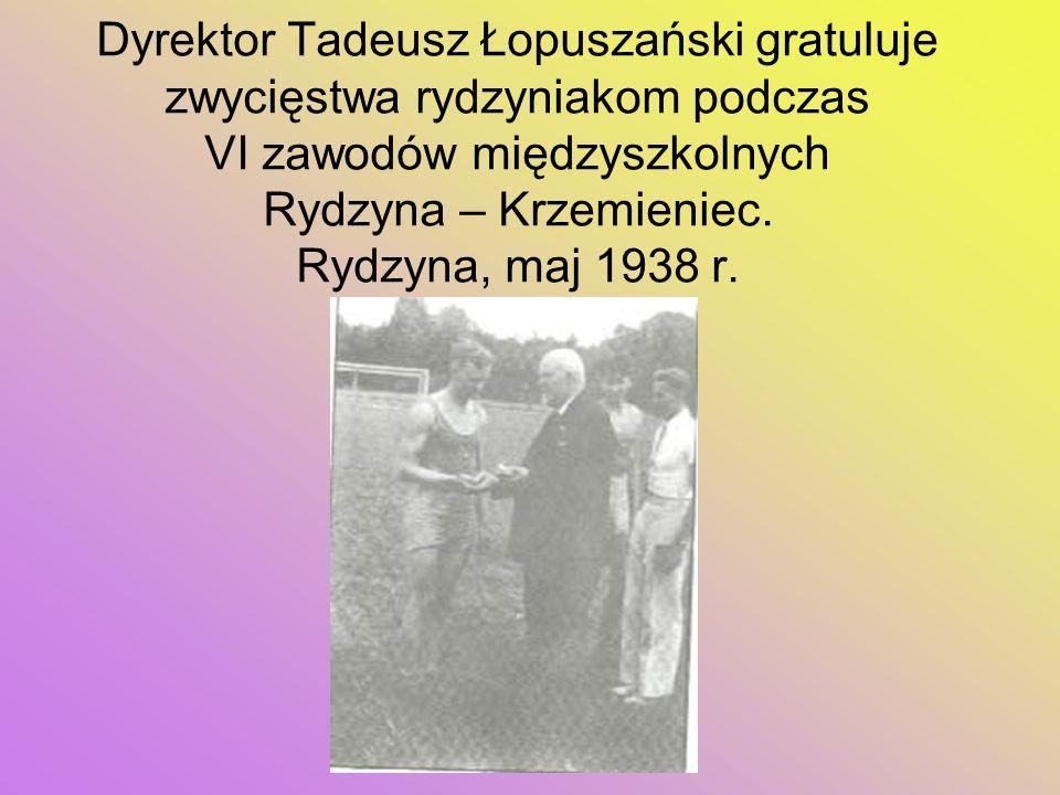Dyrektor Tadeusz Łopuszański gratuluje zwycięstwa rydzyniakom podczas VI zawodów międzyszkolnych Rydzyna – Krzemieniec. Rydzyna, maj 1938 r.