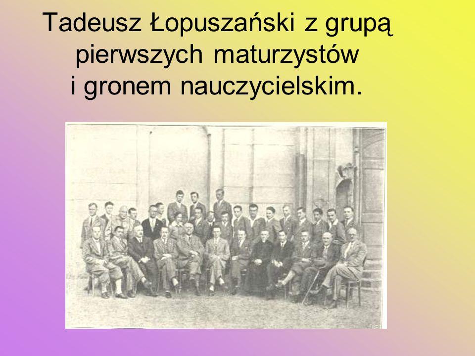 Tadeusz Łopuszański z grupą pierwszych maturzystów i gronem nauczycielskim.