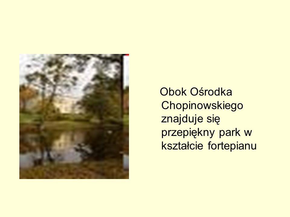 Obok Ośrodka Chopinowskiego znajduje się przepiękny park w kształcie fortepianu