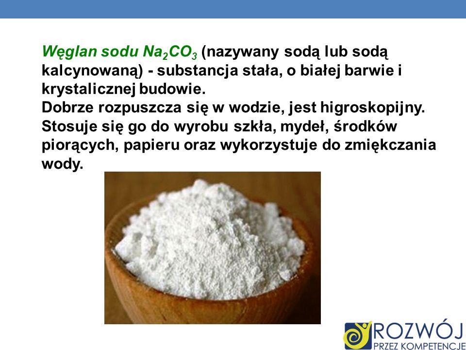 Węglan sodu Na 2 CO 3 (nazywany sodą lub sodą kalcynowaną) - substancja stała, o białej barwie i krystalicznej budowie. Dobrze rozpuszcza się w wodzie
