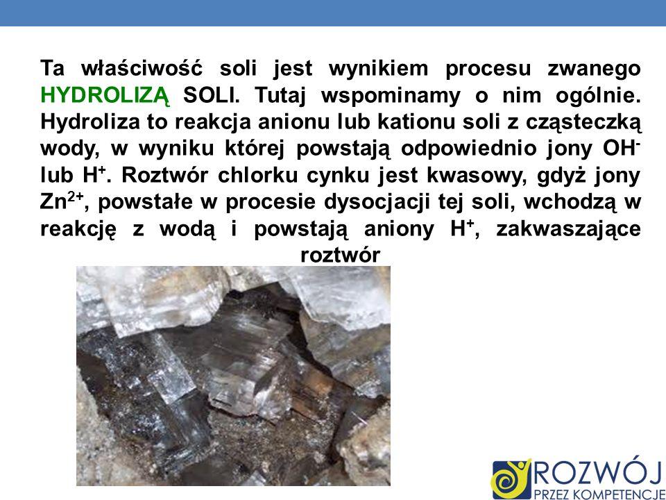 Ta właściwość soli jest wynikiem procesu zwanego HYDROLIZĄ SOLI. Tutaj wspominamy o nim ogólnie. Hydroliza to reakcja anionu lub kationu soli z cząste